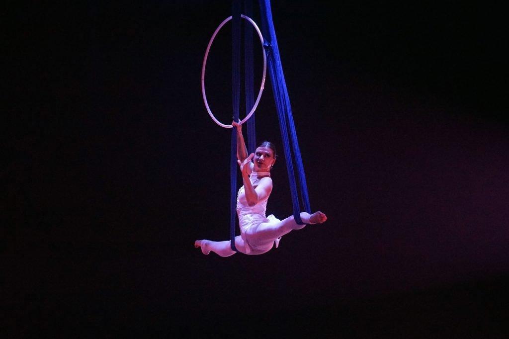 Acrobatica aerea o Ginnastica acrobatica, fortifica il corpo e la mente in modo completo, integrando tecnica e creatività con l'emozione di stare sospesi in aria su tessuti, trapezio e cerchio.